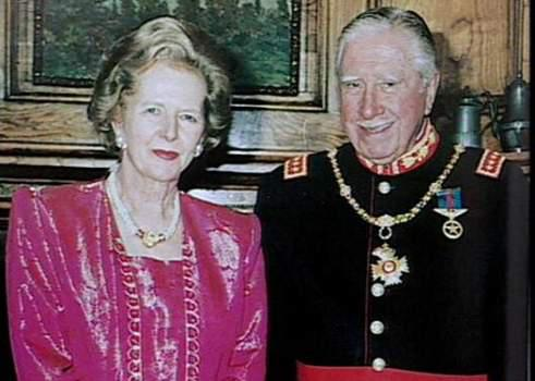 Margaret Thatcher e Augusto Pinochet: governantes neoliberais