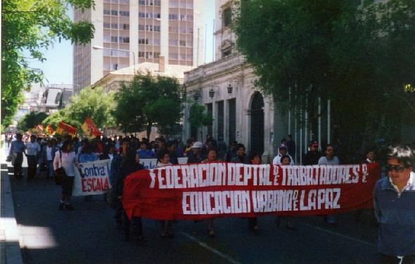 Professores em protesto no fim da vigência do Estado de Sítio, na Bolívia, em 1995
