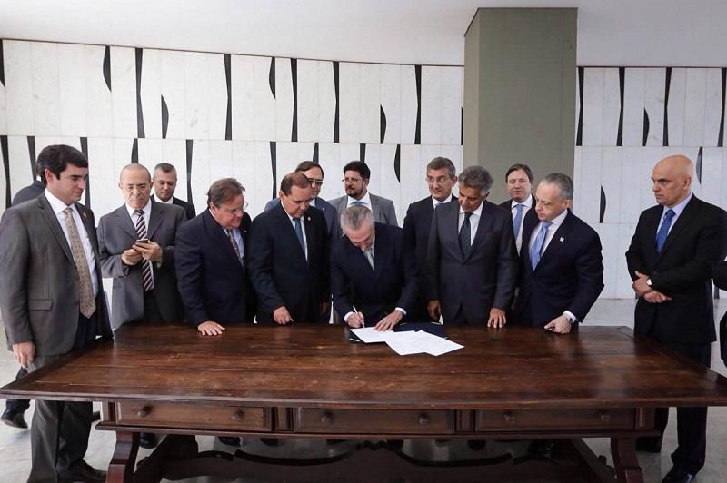 Michel Temer assina notificação de posse como presidente interino encaminhada pelo Senado. Foto: Marcos Corrêa